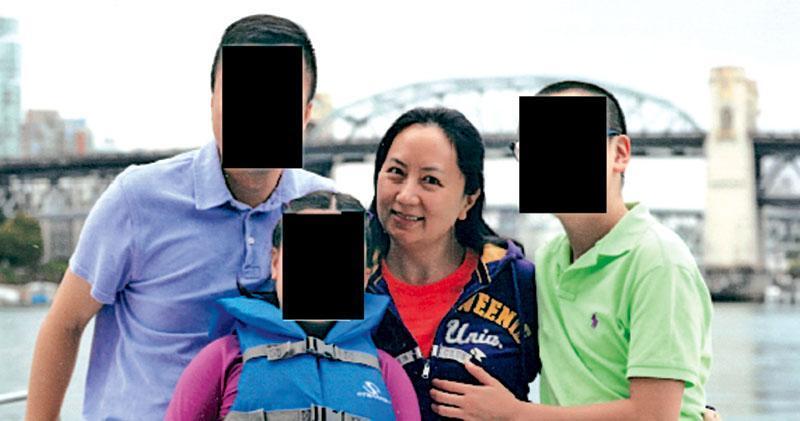 孟晚舟去年12月在溫哥華機場被捕,保釋後被軟禁在溫哥華住所,至今已一年。圖為早年她與家人在加拿大。(網上圖片)