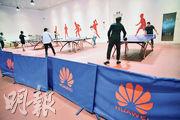 圖為華為上海研究所的員工於午休時間在公司的乒乓球場打球。(路透社)