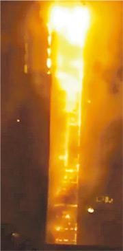 據網上流出的短片顯示,起火的公寓約有25層高,整座大樓都陷入了火海,大樓的外牆及保溫材料被火燒致掉落。(網上圖片)