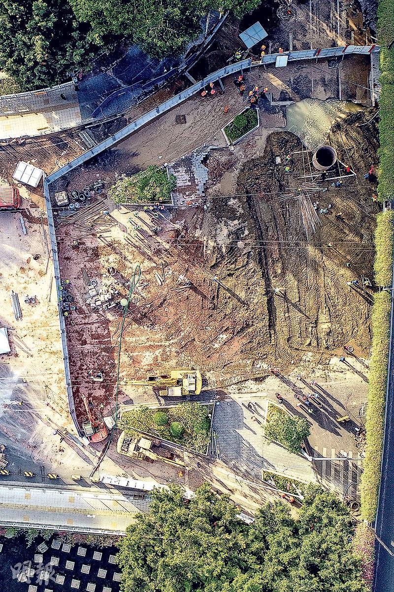 廣州市地鐵十一號線沙河站的施工區域前日上午發生的地面塌陷,隨車輛跌入坑洞內的3人至昨日仍未獲救出。圖為航拍地陷現場。(中新社)