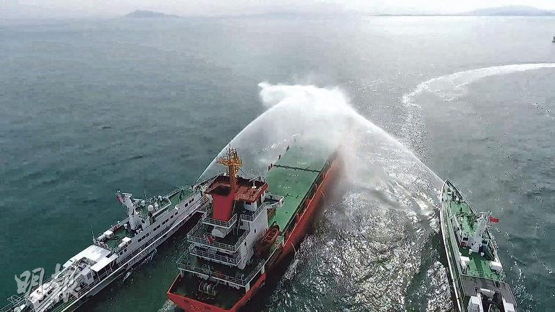 國家海警局昨日在官方微博帳號發布影片,顯示海警船在粵港海上邊界執法,有海警船包抄貨輪並發射水炮。(網上圖片)