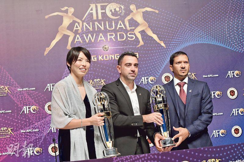 亞協年度頒獎禮昨首在港舉行,西班牙隊名宿沙維(中)代麾下領取亞洲足球先生,身旁的日本女將熊谷紗希(左)則奪亞洲足球小姐。(余瑋攝)