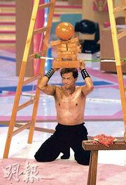 搽滿油赤裸上身的吳剛師傅,在《東華》的經典表演令人印象難忘。(資料圖片)