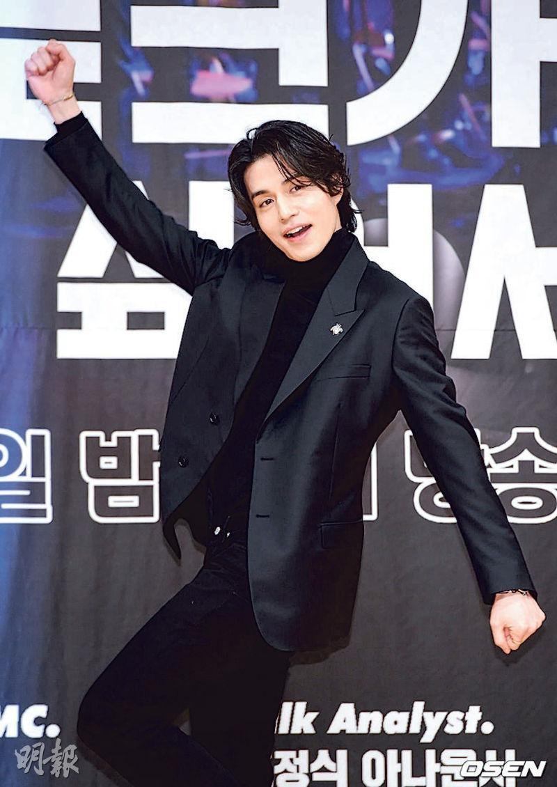 穿著全黑西裝的李棟旭,擺出鬼馬姿勢,落力為他主持的綜藝節目宣傳。
