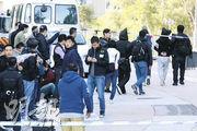 警方封鎖現場調查,並將疑犯蒙頭及鎖上手扣,押上兩輛小巴帶走,現場部分蒙面探員相信為刑事情報科「Hit Team」的成員。