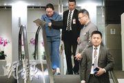 律政司長鄭若驊(左一)上月中在英國倫敦遭示威者包圍,其間倒地左手受傷,連日「失蹤」後,她昨日穿著樽領上衣返港,首度透露於英國接受手術後,被安排前往北京治療。(鍾林枝攝)