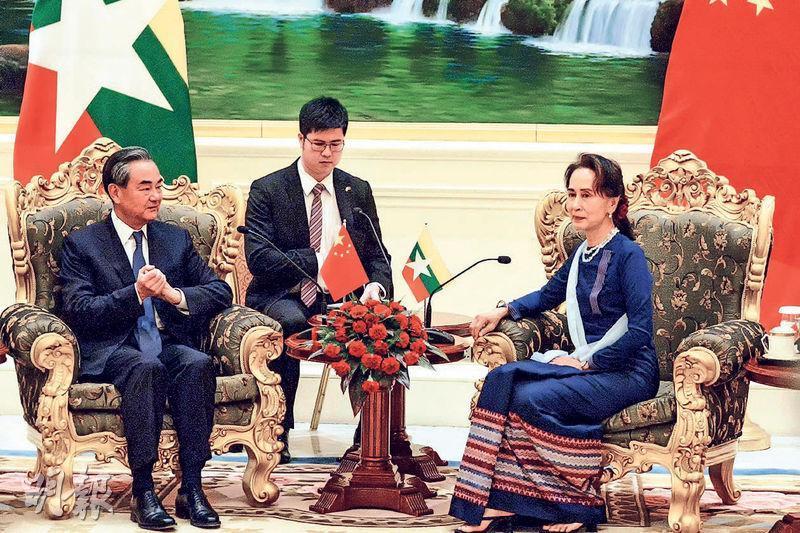 外長王毅(左)上周六(7日)在緬甸內比都與緬甸國務資政、外長昂山素姬(右)會晤時強調反對雙邊問題多邊化,並表示要與緬甸推進共建「一帶一路」合作。(法新社)