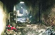 新德里一幢工廈昨日發生大火,現場一地灰燼,天花破頂。(網上圖片)