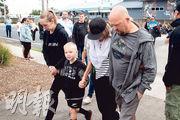 新西蘭懷特島火山噴發死難者的親友昨日出海悼念摯愛後,返回附近最大城鎮瓦卡塔尼。(法新社)