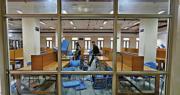 印度警方周日闖入新德里的國立伊斯蘭大學(JMI),攻擊校內的學生和職員,校內圖書館亦局部受損。圖為周一現場的情况。(路透社)