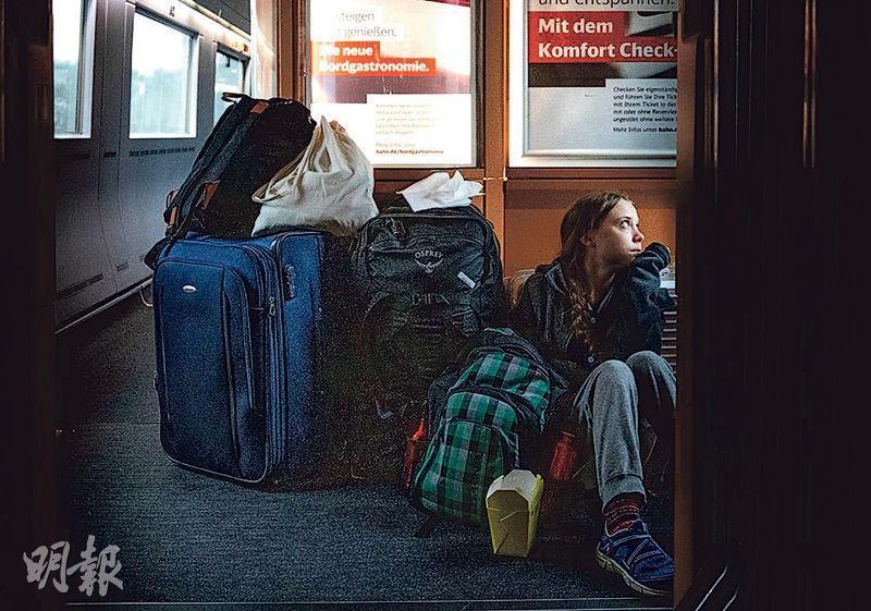 瑞典環保少女通貝里在Twitter上載回家途中乘搭德國鐵路公司列車的照片,顯示她沒有位可坐,被質疑沒說出事實全部。(網上圖片)