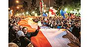 大批波蘭民眾上周三(18日)在華沙國會外持巨形國旗示威,抗議司法改革侵犯司法獨立。(法新社)