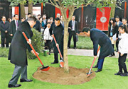 在四川成都出席中日韓領導人峰會的中國總理李克強(前左二)、韓國總統文在寅(前左一)、日本首相安倍晉三(前左三)前日在杜甫的茅屋故居植樹。(新華社)