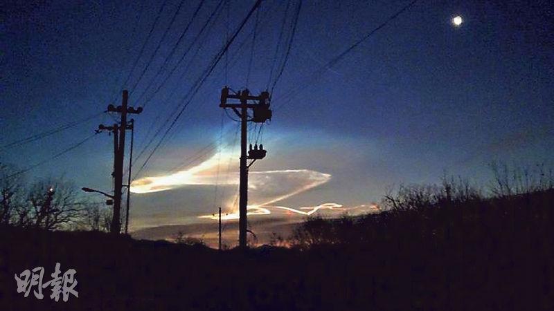 周日(22日)北京出現「怪雲」(圖)惹來揣測,美國傳媒報道,當日解放軍在渤海地區試射一枚巨浪-3潛射洲際導彈。(網上圖片)