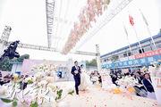 十三屆全國人大常委會第十五次會議昨審議民法典草案,其中設立「離婚冷靜期」一項內容引發民眾熱議,有網民認為設結婚冷靜期更重要。圖為12月15日四川成都一處建築地盤舉行集體婚禮。(新華社)