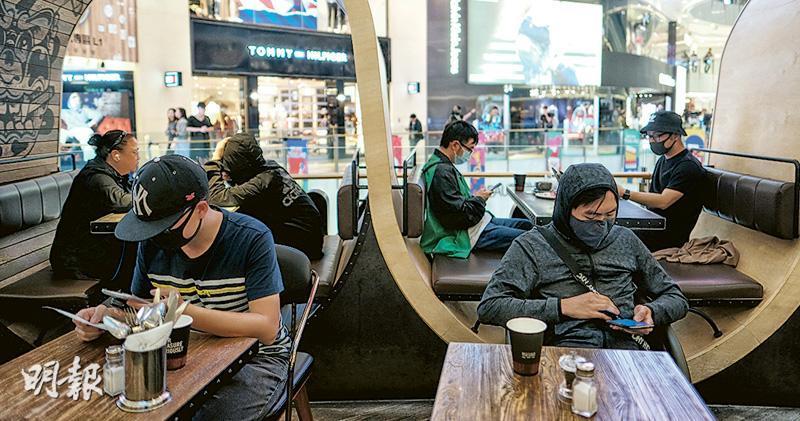 網民發起昨午到旺角MOKO新世紀廣場「和你shop」,大批戴口罩的人坐滿美心集團旗下的URBAN Cafe Commune。(馮凱鍵攝)