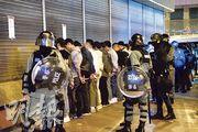 防暴警於彌敦道匯豐銀行門外截查約40名青年,青年全部面壁,逐一被警員搜身,並安排於攝影機前展示身分證、讀出名字和身分證號碼才放行,其間有數人未能出示身分證被帶走。(蔡方山攝)