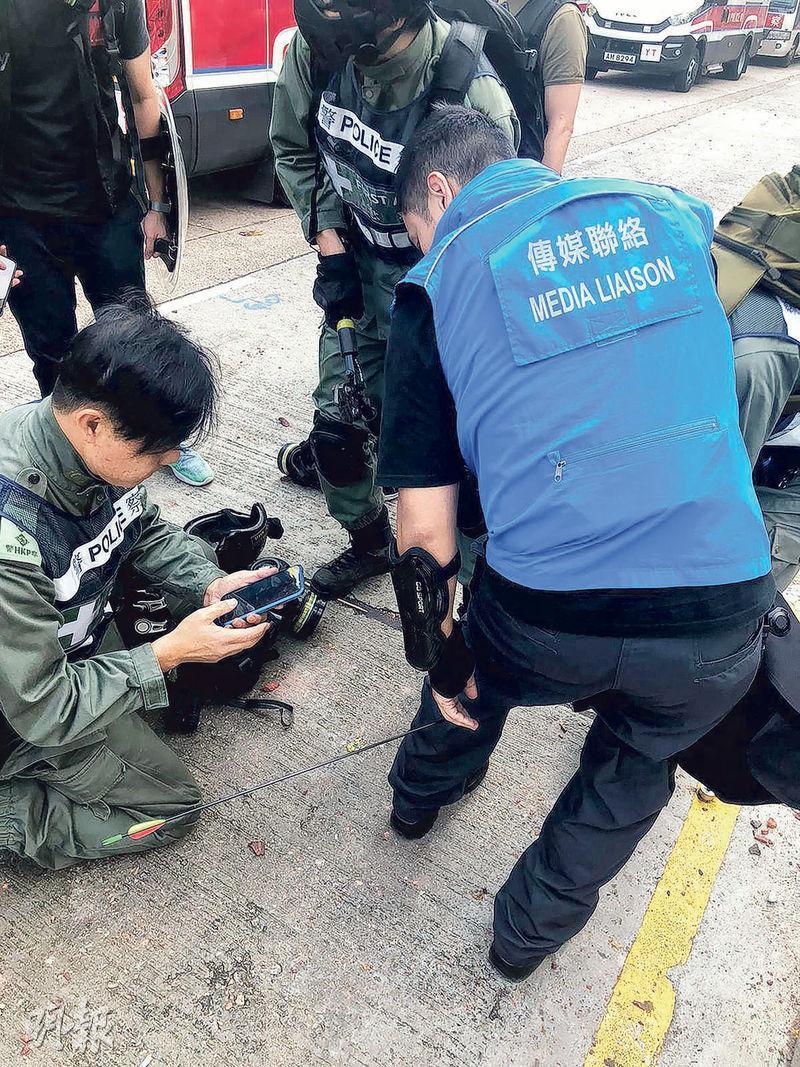 傳媒聯絡隊隊員Sam(右)上月17日在理大外警民衝突期間,遭弓箭射中左小腿後方,現時每周需做物理治療。他對受傷一事沒帶仇恨,但不認同示威者訴諸暴力。(法新社)