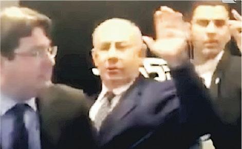 以色列總理內塔尼亞胡(中)周三到阿什凱隆出席競選活動,不久就因為響起火箭警報,要在保安人員護送下離開。(網上圖片)