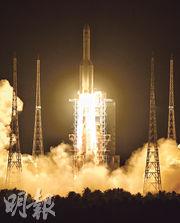 昨晚8時45分,長征五號遙三運載火箭在海南文昌航天發射場點火升空,半個多小時後,與實踐二十號衛星成功分離,將衛星送入預定軌道。圖為火箭升空的一刻。(新華社)