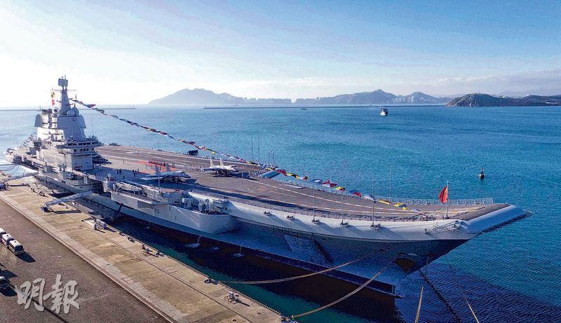 17日在海南三亞交付海軍的首艘國產航母山東艦,26日由南向北穿過台灣海峽。圖為山東艦入列前停靠三亞軍港。(新華社)