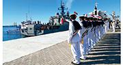 伊朗軍方昨日公開照片,顯示伊朗水兵向參與軍演的俄羅斯護衛艦Yaroslav Mudry致敬。(法新社)
