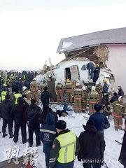 客機墜毁後機身斷裂,部分機身撞入一座建築物內,幸沒有起火爆炸。(路透社)