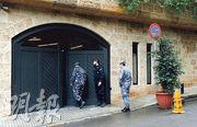 在黎巴嫩首都貝魯特,昨日有警員出現在據指是日產汽車前董事長戈恩的住所門外。(路透社)