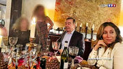 有法國電視台日前播出,據指是戈恩(右二)與妻子卡羅爾(右一)在大除夕當日,在黎巴嫩首都貝魯特與朋友一起用餐的照片。(網上圖片)