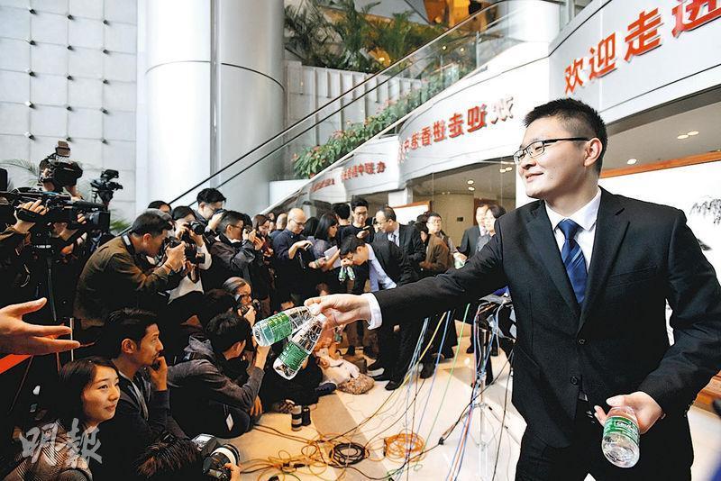 大批傳媒昨晨在中聯辦外等候採訪中聯辦主任駱惠寧,記者其後在登記及安檢後獲安排進入中聯辦大樓內等候,其間有職員向記者派水。(鄧宗弘攝)