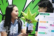 泰國首家專業的醫用大麻診所昨在曼谷開業,職員手持「大麻醫生」公仔。(法新社)