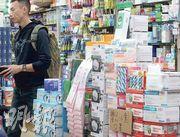 武漢不明肺炎成因未明,不少人搶購口罩自保。本報記者在北角及銅鑼灣14間藥房,發現只有一半藥房仍有成人外科口罩存貨。另藥房的N95口罩售價差距大,最低6元一個,最高索價25元。(李紹昌攝)