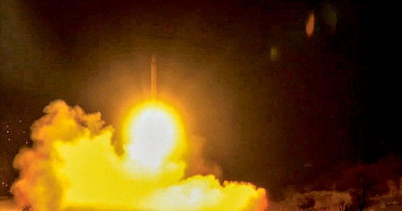 國營伊朗通訊社昨日發布影片,據指片中顯示的是伊朗周三凌晨射向駐有美軍的伊拉克阿薩德基地的導彈。(法新社)