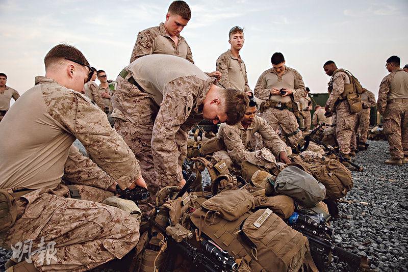 美國海軍陸戰隊隊員日前執拾行裝準備遠赴伊拉克,他們主要負責加強大使館保安和當地美國人安全。(網上圖片)