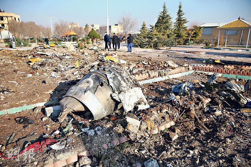 烏克蘭國際航空客機昨日在伊朗霍梅尼國際機場起飛後數分鐘就墜毁,全機176人死亡。事後地面滿佈殘骸,包括殘缺不全的引擎。(路透社)