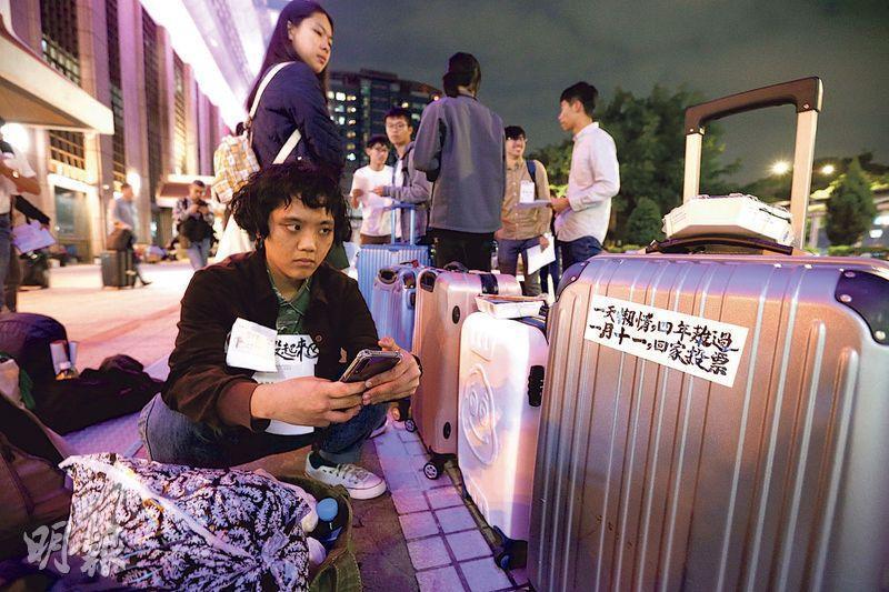 曲兆祥認為,香港反修例事件,對台灣年輕人有一定的刺激作用,加上綠營成功操作亡國感,所以在新增的過百萬首投族中,主要傾向是投綠營的票。圖為台灣多間大學學生會聯合發起返鄉投票專車活動,昨晚從台北車站發車,也呼籲在外求學的青年學子踴躍回家投票。(中央社)
