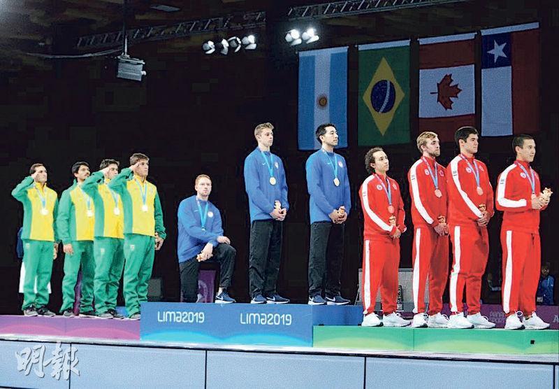 國際奧委會禁止運動員在會場示威,去年8月美國男子劍擊選手英博登(左五)單膝跪的抗議行徑將不獲准進行。(網上圖片)