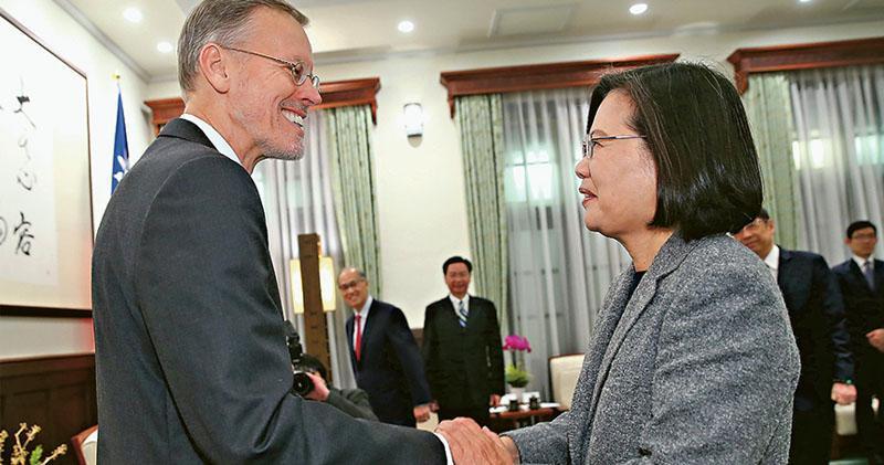 2020台灣總統大選前日落幕,蔡英文(右)以史上最高票連任總統,當選翌日首個行程是在總統府接見美國在台協會(AIT)處長酈英傑(左)。(中央社)