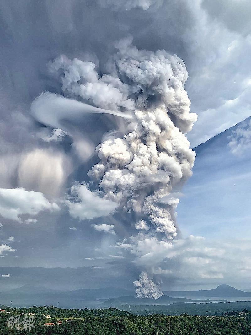 菲律賓塔阿爾火山昨日爆發,冒出大量濃煙,在馬拉尼西南面的甲米地省城鎮塔蓋泰(Tagaytay)都能清楚看見。(法新社)