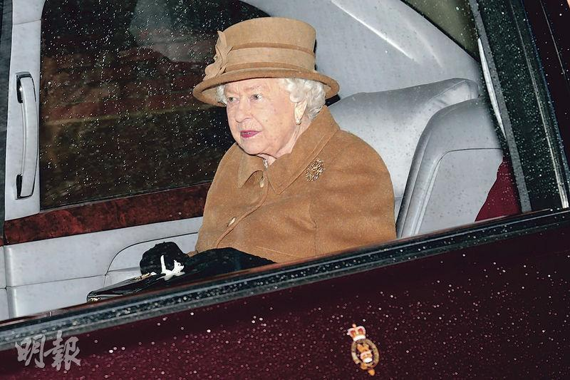 英女王今天將主持王室峰會商討哈里夫婦今後的角色問題。圖為她昨天出席完主日崇拜,離開教堂返回桑德林厄姆大宅。(路透社)