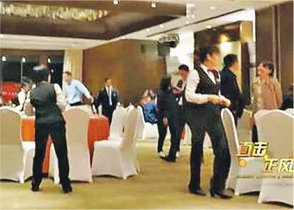 一家國企述職會場搖身一變成了觥籌交錯的奢華晚宴現場。圖為酒店工作人員在佈置宴會。(網上圖片)