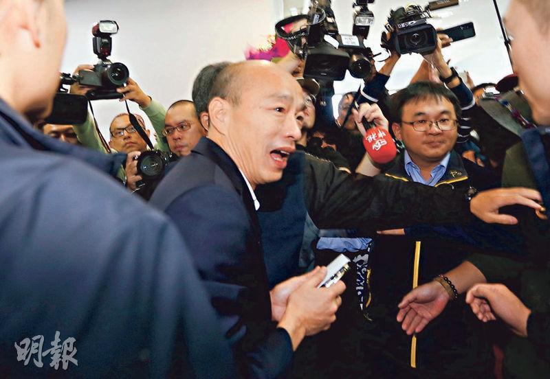 總統大選落幕,請假近3個月的高雄市長韓國瑜(中)昨日返回市府鳳山行政中心上班,大批媒體在場守候,場面一度混亂。(中央社)