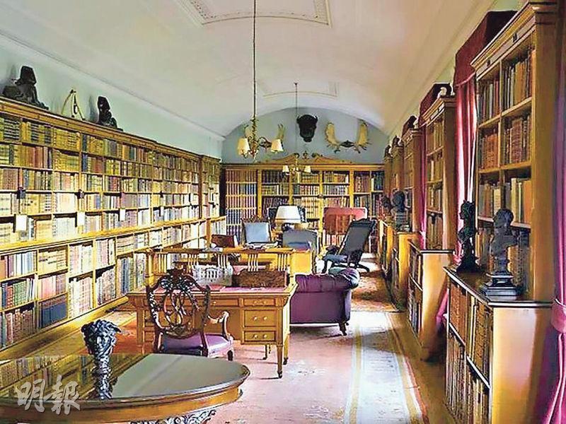 英國《每日郵報》報道,桑德林厄姆大宅僕役奉命準備了這間「長圖書館」供召開王室峰會。威廉兄弟倆兒時常與戴妃等親人在此茶敘。(網上圖片)
