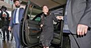華為首席財務官孟晚舟20日出庭時身穿黑底白圓點套裝、腳踩名牌高跟鞋,露出腳踝上的定位追蹤器,神態輕鬆。(法新社)