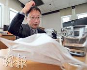 本港在2003年SARS爆發時,人人戴口罩,衛生防護中心前總監曾浩輝昨日接受本報專訪時表示,現時香港防控比當年好好多,只是高鐵有可能加快病毒傳播,成為控疫的不利因素。(李紹昌攝)