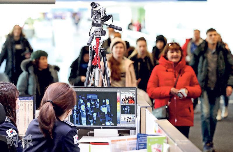 多國發現有新型冠狀病毒確診個案,各國均加強口岸檢疫。在韓國仁川機場,當局用紅外線攝錄機探測入境旅客體溫,篩查發燒者。(法新社)