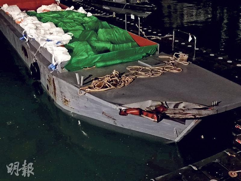 水警昨凌晨在撞船現場一帶搜索時發現一艘懷疑涉及意外的走私船,船上無人,但有過千箱凍肉,右邊船頭被撞凹,已被拖往大欖水警基地扣查。