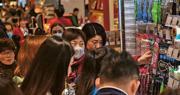 新型冠狀病毒疫情蔓延,內地多個省市淪陷,民眾紛紛搶購口罩,導致口罩供不應求;當局除加強供應,也言明會嚴打坐地起價的商販。圖為上海市民昨日在爭購口罩,當地亦已有確診個案。(法新社)