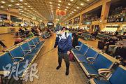武漢防疫人員在漢口火車站候車大廳噴灑消毒液,防範疫情。(法新社)
