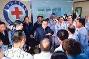 國務院總理李克強(中)前日在青海紅十字醫院,聽取院長匯報關於新型冠狀病毒感染肺炎疫情防控的部署。(中新社)